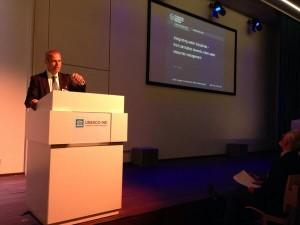 Prof. Dr. Krebs presenteert zijn werk tijdens een key note speech.